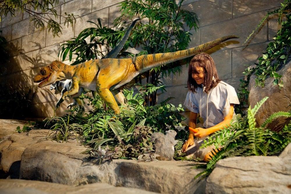 """Menschen koexistierten mit Dinosauriern. Darstellung der Ausstellung """"Answers in Genesis"""""""